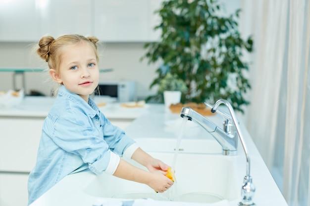Девушка моет посуду Бесплатные Фотографии