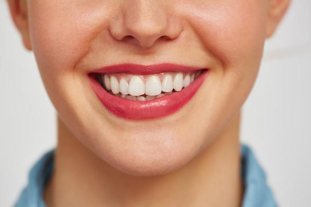 Очаровательная улыбка молодой женщины Бесплатные Фотографии