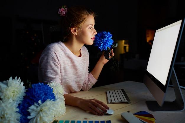 薄暗いスタジオで花のデザイナー 無料写真