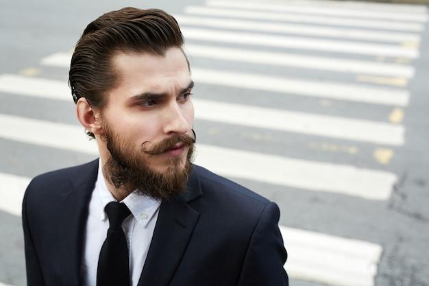 横断歩道上の男 無料写真