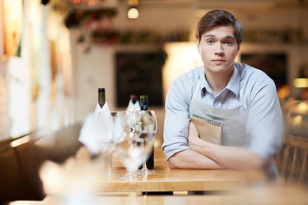 Скучающий официант Бесплатные Фотографии