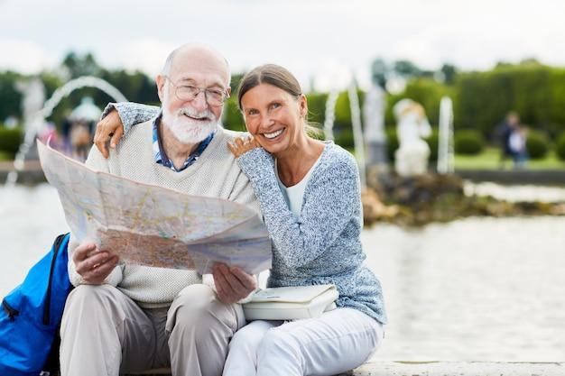 Пожилые люди с картой Бесплатные Фотографии