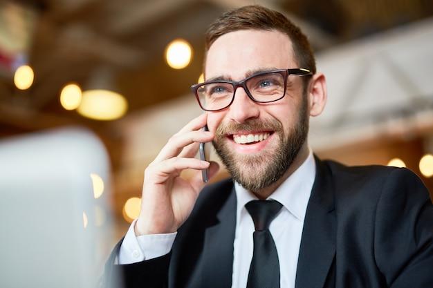 スマートフォンを使用して朗らかビジネスマン 無料写真