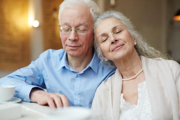 平和、幸福の時間に年配のカップル 無料写真