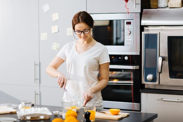 Домохозяйка на кухне Бесплатные Фотографии