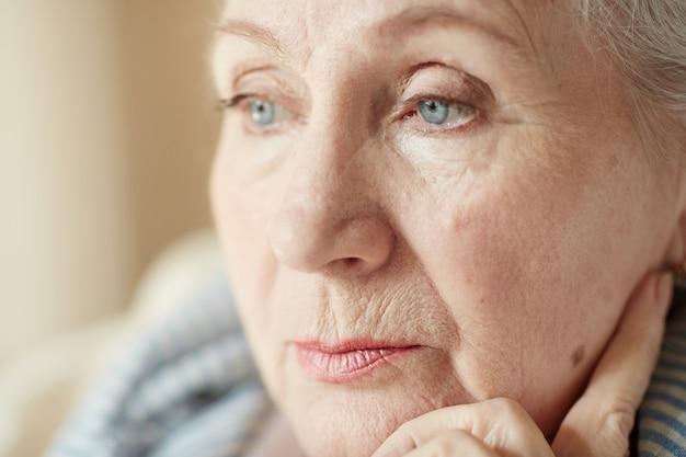 物思いにふける老婦人の肖像 無料写真