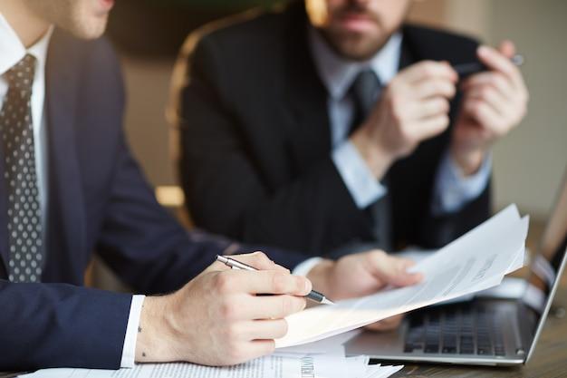 Успешные деловые партнеры обсуждают договор Бесплатные Фотографии