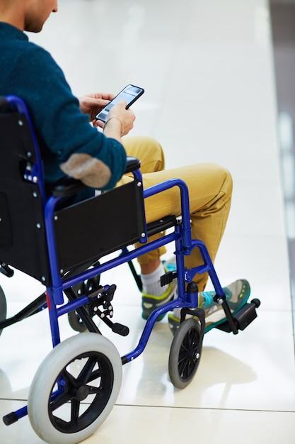 スマートフォンを使用した障害者 無料写真