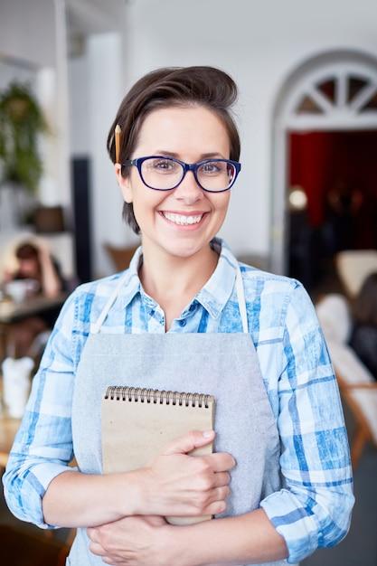 Веселая официантка с очаровательной улыбкой Бесплатные Фотографии