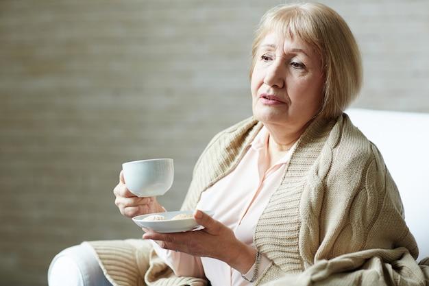 憂鬱な年配の女性の肖像画 無料写真