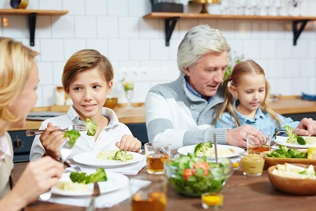 Еда с бабушкой и дедушкой Бесплатные Фотографии