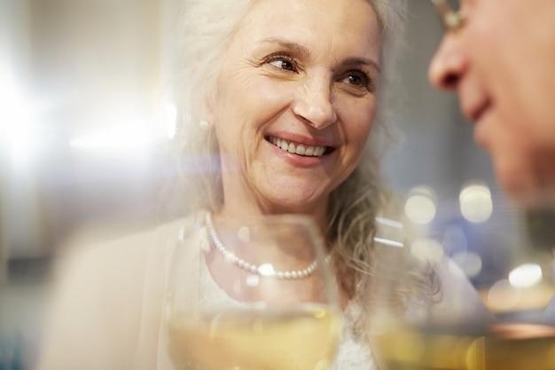 Старые старшие пары празднуют годовщину Бесплатные Фотографии
