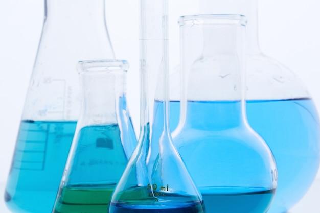 化学実験室でフルフラスコ 無料写真