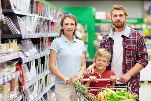 スーパーで家族の買い物 無料写真