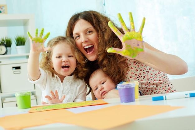母と娘の塗料で楽しんで 無料写真