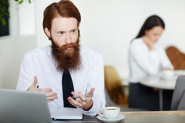 Объяснять бизнесмена Бесплатные Фотографии