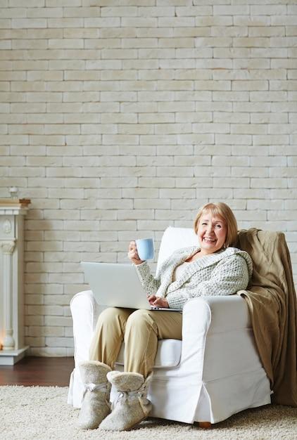 インターネット中毒の年配の女性 無料写真