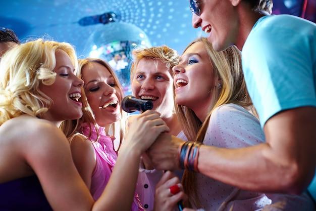 楽しみを持って、友人の幸せなグループ 無料写真