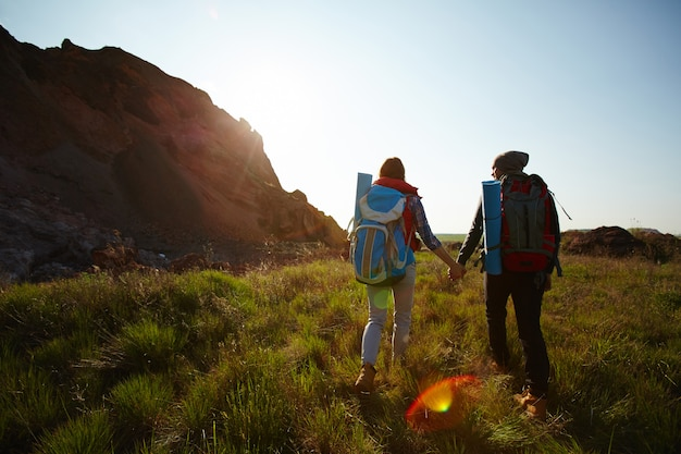 Молодая пара исследует природу Бесплатные Фотографии
