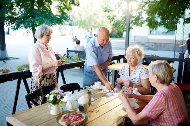 カフェでリラックスした高齢者 無料写真