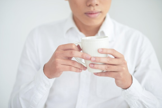 ティーカップを持つ男 無料写真
