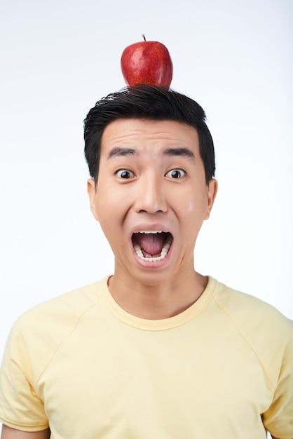 赤いリンゴと怖がっているアジア人 無料写真
