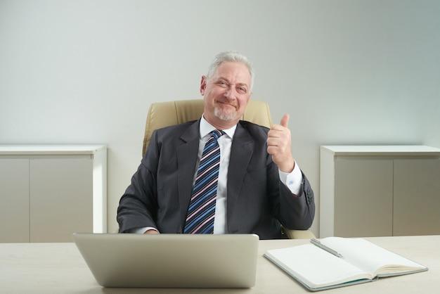 成功した上級ビジネスマンの肖像画 無料写真
