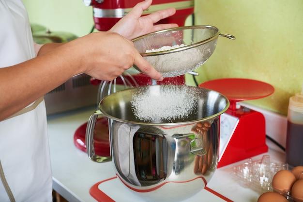 小麦粉をふるいにかける 無料写真