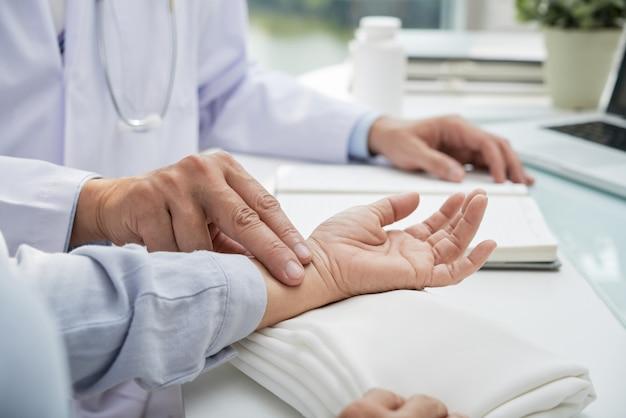 患者の脈拍数の測定 無料写真