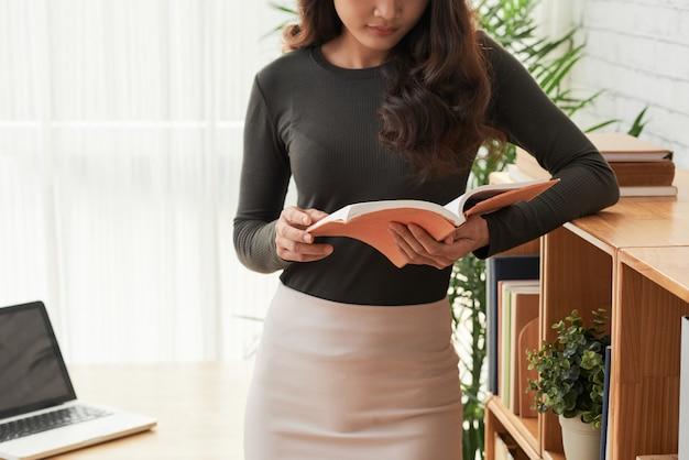読書の女性 無料写真
