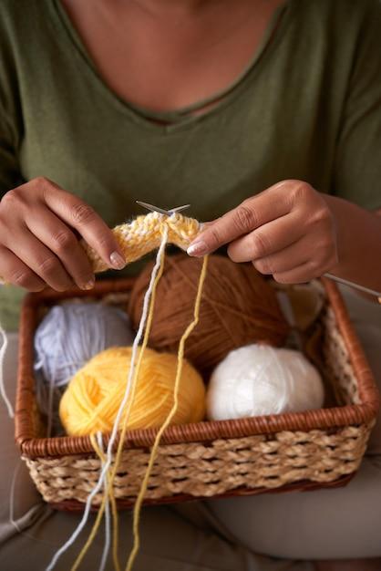 カラフルなスカーフを編む女性 無料写真
