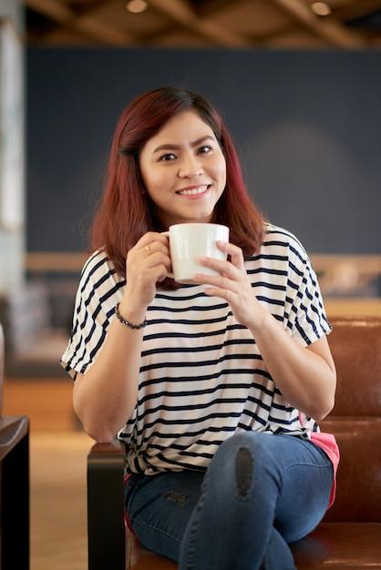 コーヒーを飲んでかなり若い女性 無料写真