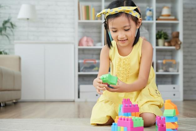Милая девушка играя Бесплатные Фотографии