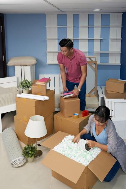 Пара распаковывает коробки дома Бесплатные Фотографии