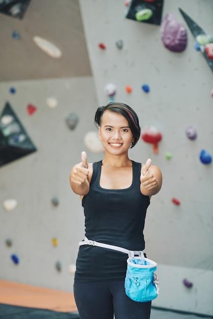 Спортсменка показывает палец вверх Бесплатные Фотографии
