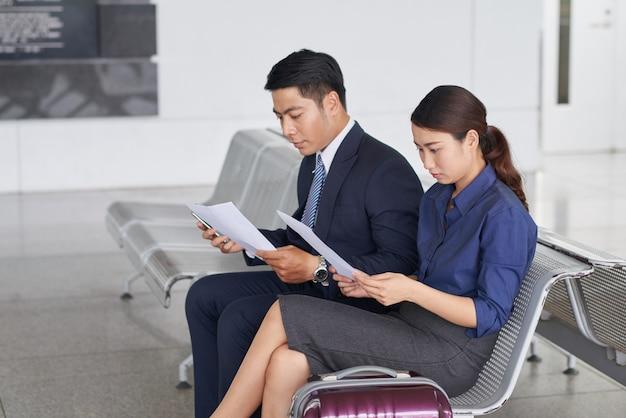 Деловые люди в зоне ожидания аэропортов Бесплатные Фотографии