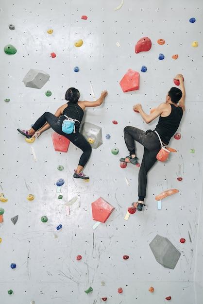男と女のジムで壁をよじ登る 無料写真