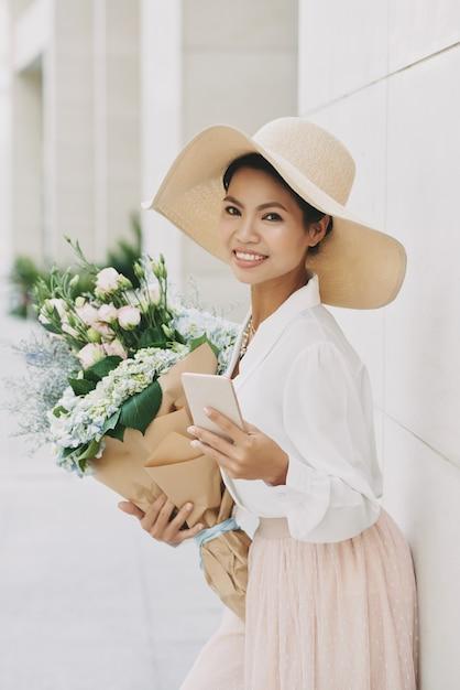 Милая женщина букета Бесплатные Фотографии