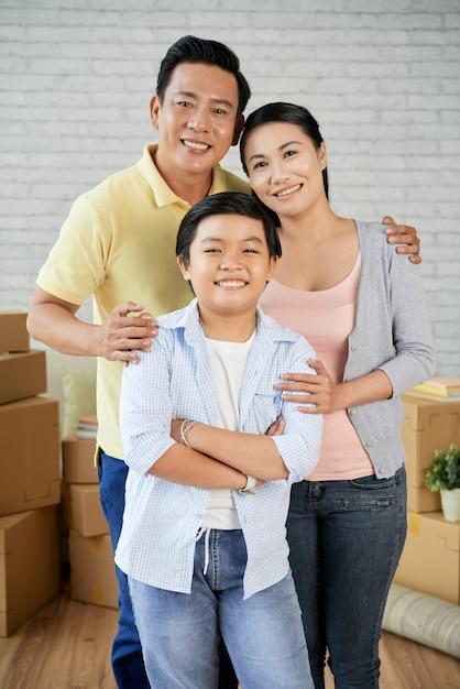 アジアの家族が新しいアパートに移動 無料写真