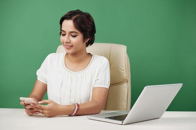 友人や同僚とのビジネス女性のテキストメッセージ 無料写真
