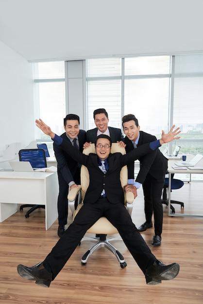 Радостные менеджеры позируют для фотографии Бесплатные Фотографии