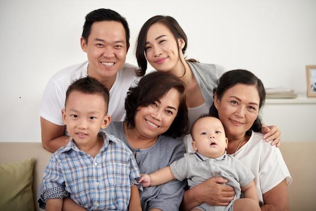 幸せなアジア家族が一緒にポーズ 無料写真