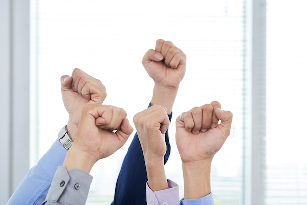 くいしばられた握りこぶしを示すマネージャー 無料写真