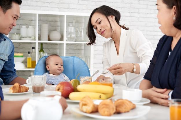 ディナーテーブルで幸せなアジア家族 無料写真