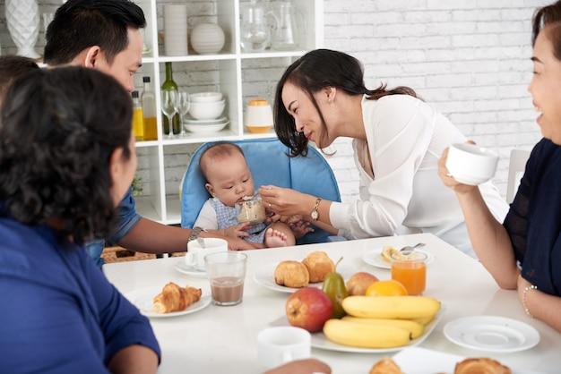 朝食のテーブルで大きなアジアの家族 無料写真