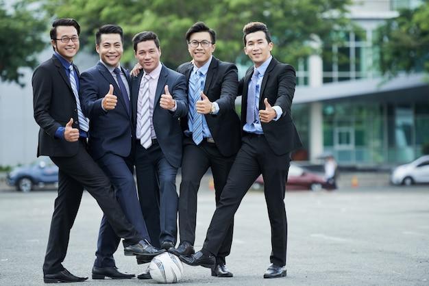 Футбольные фанаты позирует для фотографии Бесплатные Фотографии