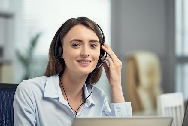 オフィスで笑って幸せな白人女性コールセンター労働者 無料写真