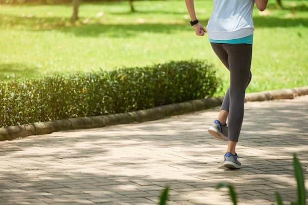 若い女性が公園でジョギング 無料写真