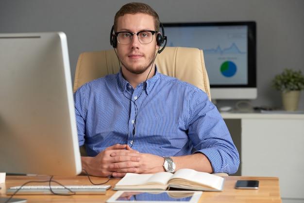 Шлемофон молодого руководителя бизнеса нося смотря камеру Бесплатные Фотографии