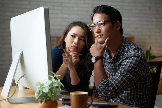 自宅のコンピューターで一緒に時間を過ごすカップル 無料写真